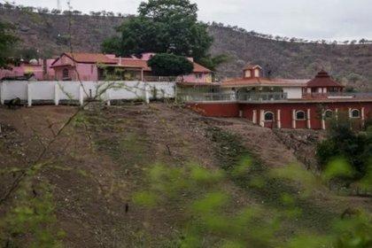 """La casa de la mamá del """"Chapo"""" se encuentra rodeada de grandes árboles y montañas (Foto: EFE)"""