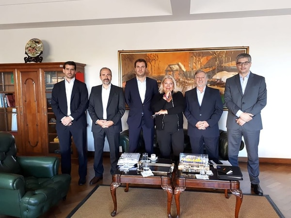 Elisa Carrió junto a Juan José Aranguren y otros dirigentes, ayer en la Casa Rosada