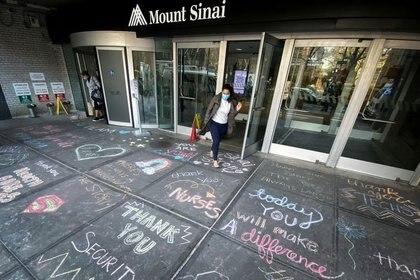 Mensajes de agradecimiento a los trabajadores de la salud en la entrada del Mount Sinai Hospital, Nueva York, el 7 de abril de 2020 (REUTERS/Mike Segar)