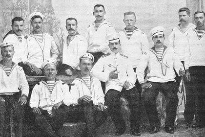 Parte de la tripulación del rebelde Potemkin. El oficial del centro fue muerto durante la refriega