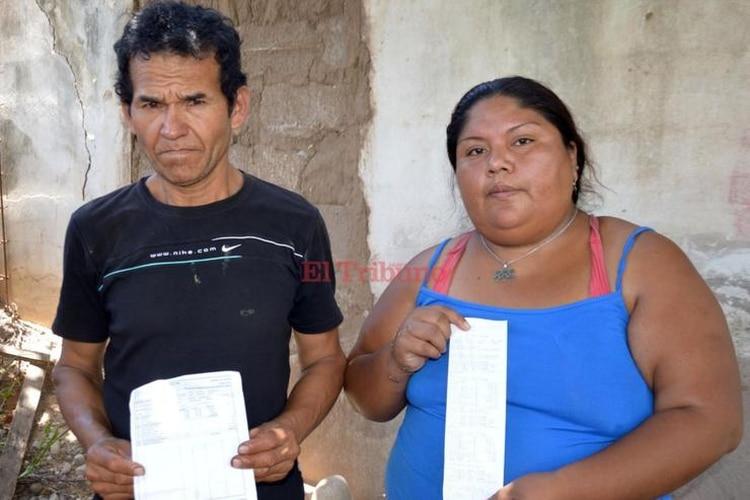 Norma Mamani y Samuel Martínez, padre nena violada, muestran sus recibos de sueldo (Fuente El Tribuno Jujuy)