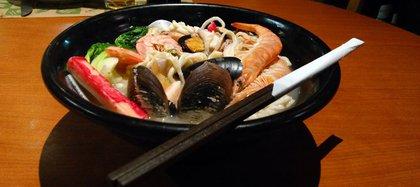 Una tradicional sopa de mariscos de la casa