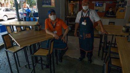 CIUDAD DE MÉXICO, 23MARZO2020.- Tras el anunció de las autoridades capitalinas de el cierre de lugares como bares, gimnasios y cines, como medida preventiva para evitar la propagación del Covid-19, zonas como el centro y la colonia Condesa a resentido una baja en la actividad comercial, restaurantes se observan semi vacíos. FOTO: MOISÉS PABLO/CUARTOSCURO.COM