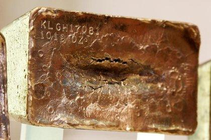FOTO DE ARCHIVO. Una barra de oro macizo es exhibida en la Bolsa de Nueva York.  REUTERS/Brendan McDermid