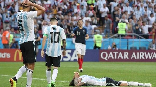 El derrumbe de los futbolistas de Argentina tras la eliminación (Foto: AP)