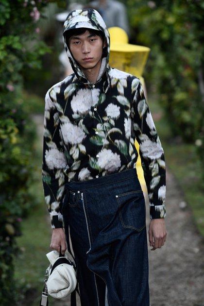 Faldas para hombres y camisas floreadas con capucha, uno de los diseños para hombre en la última pasarela de Kenzo en el PFW