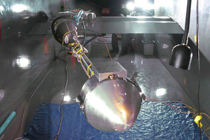 Vista frontal de un modelo de aluminio de la cápsula espacial Boeing CST-100 que transporta a la tripulación. La compañía está poniendo el modelo a través de pruebas de túnel de viento para medir la integridad estructural de la nave espacial