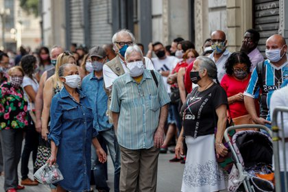 Personas con barbijo en Brasil (EFE/ Sebastiao Moreira/Archivo)