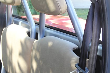 Los cinturones inerciales de tres puntos y los apoyacabezas, entre los pocos elementos de seguridad que tienen por requerimiento