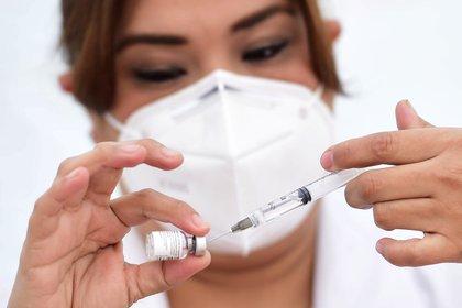 Una enfermera prepara una dosis de la vacuna Pfizer / BioNtech COVID-19 en el Hospital General de México (Foto: Reuters)