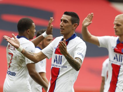 Soccer Football - Ligue 1 - OGC Nice v Paris St Germain - Allianz Riviera, Nice, France - September 20, 2020 Paris St Germain's Angel Di Maria celebrates scoring their second goal with teammates REUTERS/Eric Gaillard