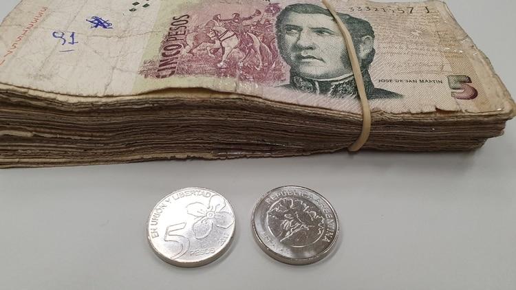 La moneda de 5 pesos es de color plateado y tiene la imagen del arrayán