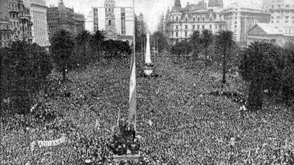 """El 17 de octubre de 1945 Perón salió al balcón a hablarle a una multitud que se instaló en Plaza de Mayo desde temprano, exigiendo la liberación de su conductor. Allí nació la más bella historia de amor entre un líder y su pueblo que se llevó al cine con el título de """"Alí Babá y los 40 ladrones""""."""