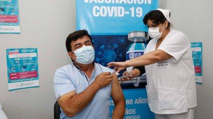Fernando Espinoza se vacunó en el Hospital municipal Doctora Teresa Luisa Germani de La Matanza