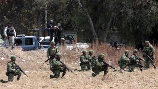 Las fuerzas armadas también están siendo capacitadas para enfrentar a los ladrones de combustible (AFP)