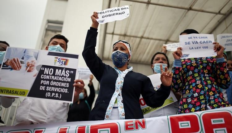 Protesta de trabajadores de la salud en Colombia (REUTERS/Luisa González)