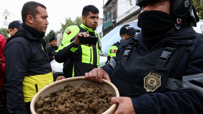 De acuerdo con el informe policiaco, a los detenidos se les aseguraron 147 dosis de marihuana, dos chalecos antibalas, una réplica de arma de fuego, una motoneta, y una subametralladora calibre 22 con un cargador y cinco cartuchos útiles (Foto: Galo Cañas/Cuartoscuro.com)