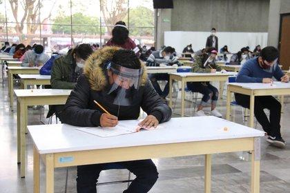 Los procesos de registro y aplicación de exámenes para la licenciatura no se detienen a pesar de la emergencia sanitaria (Foto: Tw/@IPN_MX)