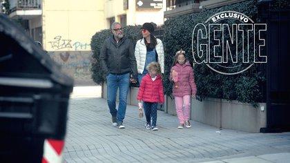 Jorge Rial y Romina Pereiro caminan junto a las hijas de la licenciada en nutrición.