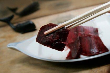 Sashimi de ballena en un restaurante japonés de carne de ballena llamado 'Hogeisen',en una imagen de archivo (Reuters)