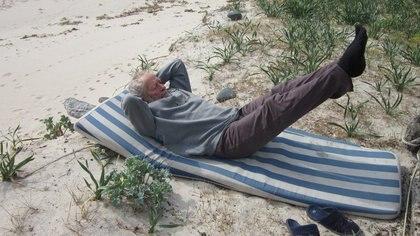 Mauro Morandi descansando en la playa de la isla.