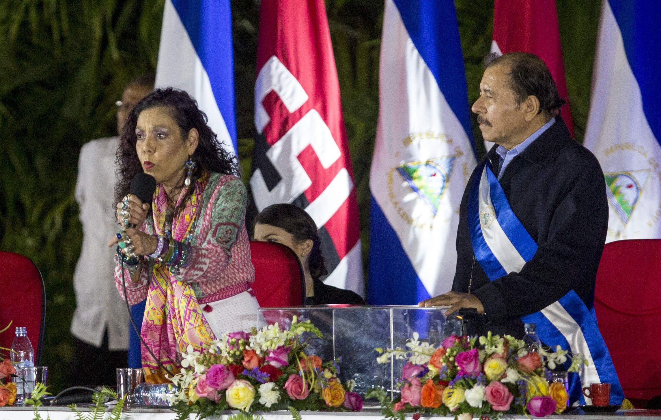 La vicepresidenta de Nicaragua, Rosario Murillo (i), junto a su esposo el presidente de Nicaragua, Daniel Ortega (d), en una fotografía de archivo. EFE/Jorge Torres.