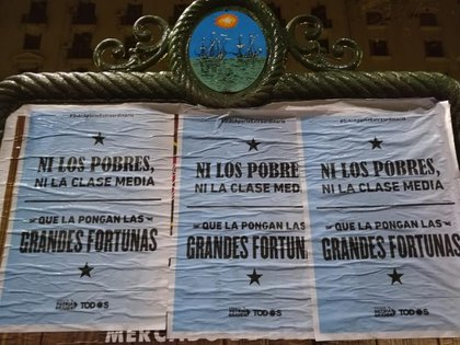 Este jueves el Frente Patria Grande reclamó con afiches el impuesto a la riqueza