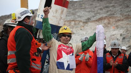 Mario Gómez fue el noveno minero en ser resctado. A sus 63 años, era el de mayor edad de los mineros atrapados en el yacimiento. Nunca más volvió a entrar a una mina: padece fibrosis quística pulmonar crónica severa y silicosis (Reuters)