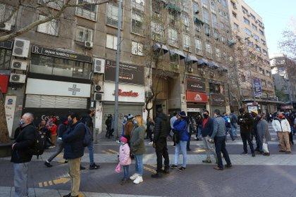Con la reducción en la cantidad de nuevos contagios, las autoridades chilenas iniciaron un plan basado en cinco etapas para volver a la normalidad, que se aplica de forma localizada por barrios, ciudades o regiones según el estado de la pandemia en cada lugar. EFE/Elvis González/Archivo