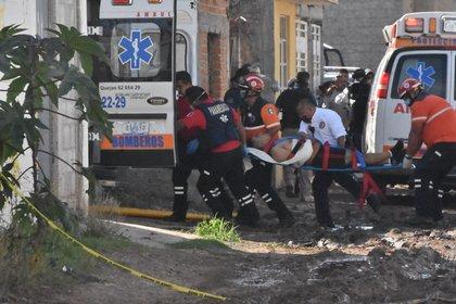 Balacera dentro de un anexo  en Guanajuato, unos paramédicos se llevan a los heridos (Foto: Twitter / @elwesomx)