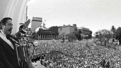 Raúl Alfonsín habla desde el balcón de el Cabildo el 10 de diciembre de 1983 (Victor Bugge)