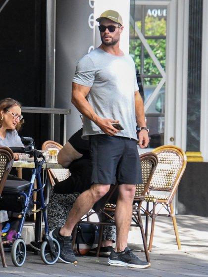 Chris Hemsworth fue a almorzar al exclusivo Solo Coffee en Sídney, Australia. El actor disfrutó de las altas temperaturas, llevó puestas unas bermudas, una remera manga corta e intentó pasar desapercibido con una gorra y lentes de sol