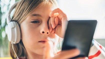 Para 2020, más del 30% de los niños y adolescentes tendrán algún grado de miopía debido al abuso de estas tecnologías (Getty)