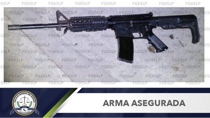 One of the long guns seized after the crash (Photo: http: //fiscaliaslp.gob.mx/)