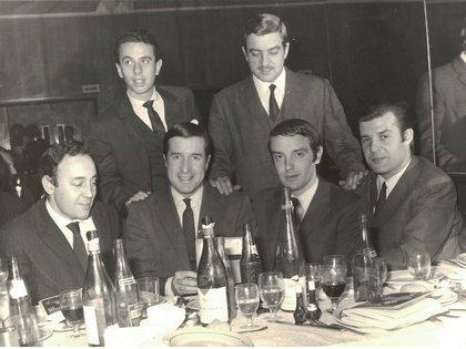 Juan Carlos compartiendo la mesa con Edgardo Estevez, Ricardo Arias, Héctor Celis, Norberto Longo y Julio Ricardo