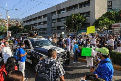 En la versión discordante con el discurso oficial, el personal sanitario protesta por falta de insumos y otras deficiencias (Foto: EFE/David Guzmán)