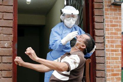 Personal médico de la secretaría de salud realiza pruebas de COVID-19, este miércoles en la localidad de Kennedy, en Bogotá (Colombia). EFE/Mauricio Dueñas Castañeda