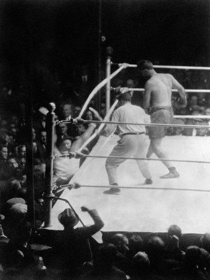 El momento exacto en el que Firpo saca del ring a Dempsey (Foto: Reuteres)
