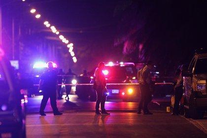 Los dos oficiales fueron trasladados al hospital para recibir atención médica (Foto: Alonso Cupul/EFE)