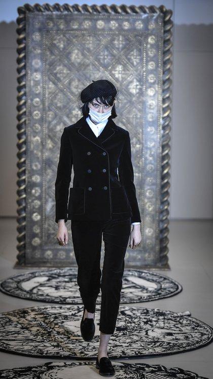 El traje de terciopelo, el ícono de Dior estuvo presente en la alta costura un año más (AFP)