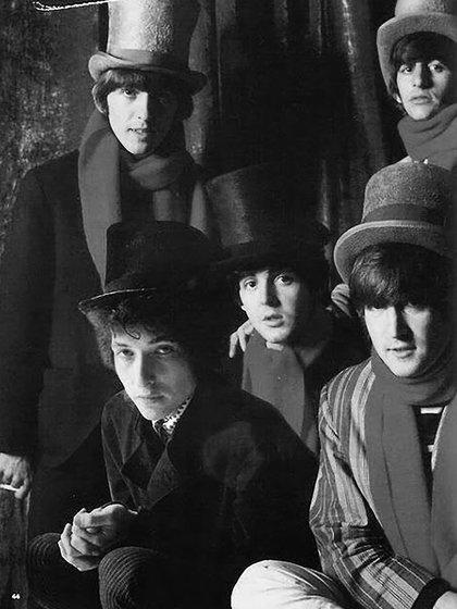 """Dylan comenzó a armar un cigarro pero su torpeza motriz complicaba la operación. Lugo de unos minutos terminó y le ofreció el primero a John, que se lo pasó a Ringo. Justificó su decisión con una humorada: """"Él es nuestro catador, nuestro conejillo de indias"""", dijo"""