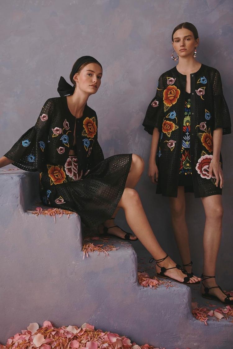 Diseño por encima de la rodilla con vistosas flores bordadas como las que se hacen en la región del istmo de Tehuantepec, en Oaxaca.