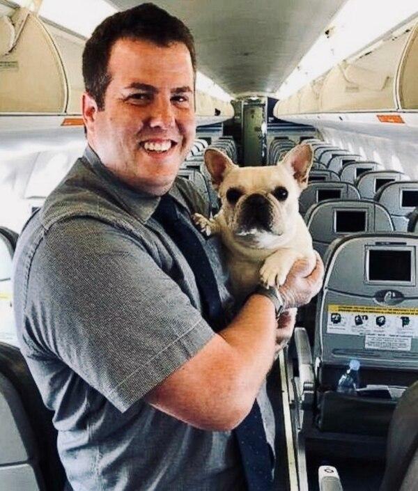 Tras aterrizar, Fenster inmortalizó con una foto junto a Darcy, un día inolvidable en el trabajo