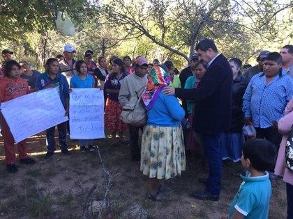 El gobernador Javier Corral Jurado acompañó a familiares y amigos de Julián Carrillo Martínez que velan su cuerpo en el poblado de Baborigame, Guadalupe y Calvo. (FOTO:  CUARTOSCURO)