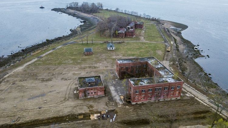 Hart Island es una reducida franja de tierra cerca al noreste del Bronx (Reuters)