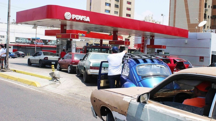 Las filas largas para recargar combustible son una postal corriente en el interior del país