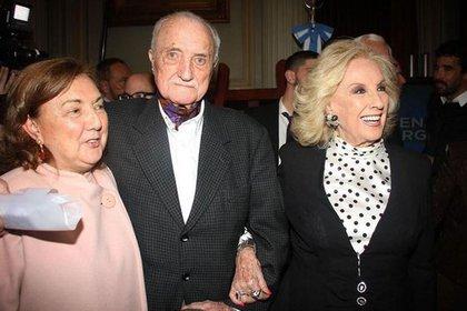 Junto a su hermano, José, recibiendo el Premio Sarmiento por su trayectoria artística
