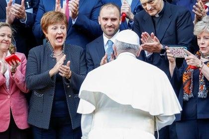 La directora gerente del FMI, Kristalina Georgieva, el ministro de Economía de Argentina, Martin Guzman, y el Papa  Francisco en una conferencia en el Vaticano.
