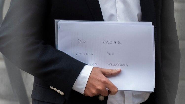 Lacunza al retirarse de Casa Rosada (Fotos: Adrián Escándar)