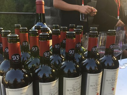 Con la muralla de fondo y dispuestos en largas mesas blancas, esperaban las botellas del vino blanco en elegantes fraperas de plata, y varios decantadores servidos con los vinos tintos